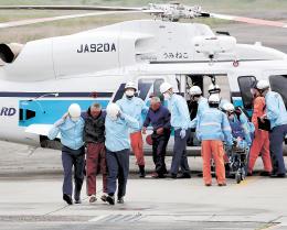 ヘリで救急搬送された第68広漁丸の乗組員=21日午前8時25分ごろ、岩沼市の第2管区海上保安本部仙台航空基地