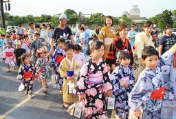 姫路城を出発する子どもゆかたパレードの参加者=22日午後、姫路市本町(撮影・小林良多)