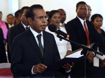 22日、東ティモールの首都ディリで、就任宣誓するルアク氏(AP=共同)