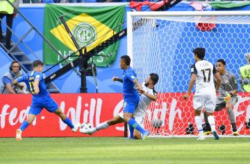 ブラジル―コスタリカ 後半、ゴールを決めるブラジルのコウチーニョ(左端)。コスタリカのGKナバス(右端)=サンクトペテルブルク(共同)