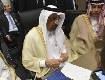 22日、ウィーンで、記者団に話をするサウジアラビアのファリハ・エネルギー産業鉱物資源相(ゲッティ=共同)