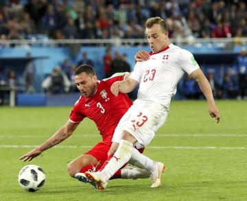 セルビア―スイス 後半、決勝ゴールを決めるスイスのシャキリ(右)=カリーニングラード(ゲッティ=共同)