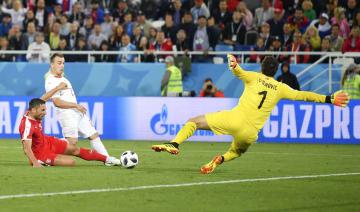 セルビア―スイス 後半、決勝ゴールを決めるスイスのシャキリ(左上)=カリーニングラード(ゲッティ=共同)