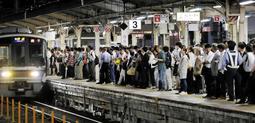JR神戸線の復旧は夜にずれ込み、運転再開後のホームには利用客があふれた=18日夜、JR三ノ宮駅
