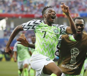ナイジェリア―アイスランド 後半、2点目のゴールを決め喜ぶナイジェリアのムサ(7)ら=ボルゴグラード(AP=共同)