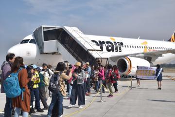 茨城空港に到着した台湾からの定期チャーター第1便=小美玉市与沢