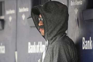 """ヤンキース戦にて、""""変装姿""""でベンチに座っていたイチロー【写真:AP】"""