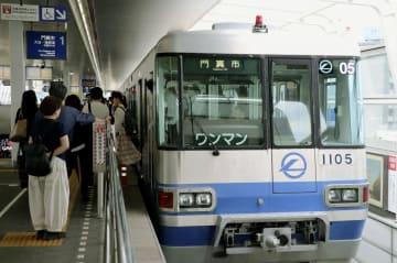 全線で運行を再開した大阪モノレール=23日午前、大阪府茨木市の南茨木駅