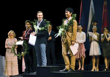 ジャクソン国際バレエコンクールで銀賞を受賞した清沢飛雄馬さん(手前右)=22日、米南部ミシシッピ州ジャクソン(共同)