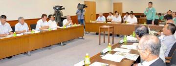 乾式貯蔵施設について意見を交わした伊方町議会原子力発電対策特別委員会=22日午前、町役場