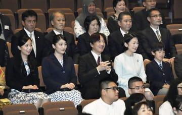 日本とインドネシアの国交樹立60年を祝うコンサートを鑑賞するため、会場に到着された秋篠宮ご一家=23日午後、東京都目黒区