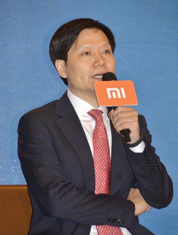 記者会見する北京小米科技の雷軍CEO=23日、香港(共同)