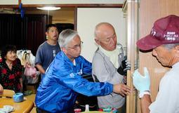 地震で傾いた家具を元に戻す兵庫県のボランティア団体のメンバーら=23日午前、大阪府高槻市登町