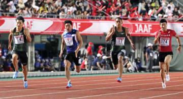 男子100メートル決勝 10秒16で3位になった桐生(右端)。左端は優勝した山県=維新みらいふスタジアム