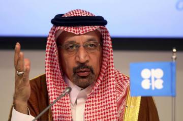 OPEC加盟国と非加盟国の会合後、記者会見するサウジアラビアのファリハ・エネルギー産業鉱物資源相=23日、ウィーン(AP=共同)