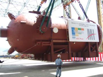 クレーンで積み出しされる石炭ガス化炉=長崎市香焼町、MHPS長崎工場