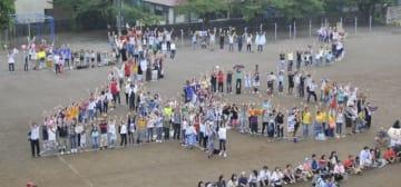 サザンオールスターズのデビュー40周年を祝う「40」の人文字を描く参加者 =茅ケ崎市立茅ケ崎小学校