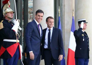 スペインのサンチェス首相(左から2人目)を迎えるフランスのマクロン大統領(右から2人目)=23日、パリ(ゲッティ=共同)