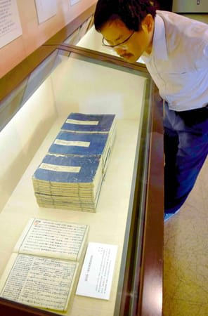 季吟が手掛けた注釈本「源氏物語湖月抄」などが並ぶ会場(野洲市辻町・銅鐸博物館)