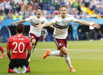 韓国―メキシコ 後半、2点目のゴールを決め駆けだすメキシコのエルナンデス(14)=ロストフナドヌー(AP=共同)