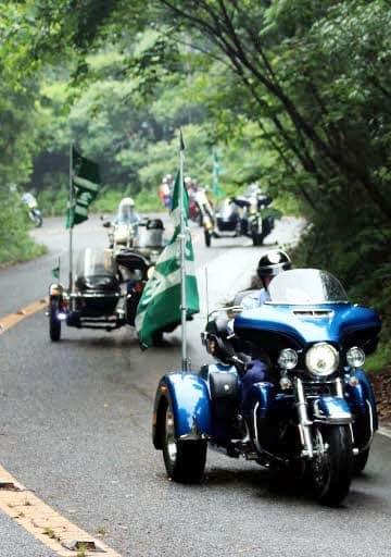 バイクの通行禁止解除を祝い、グリーンラインを走るライダー
