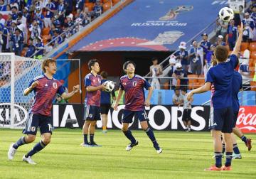 試合前、練習する(左から)乾、香川、柴崎ら=エカテリンブルク(共同)