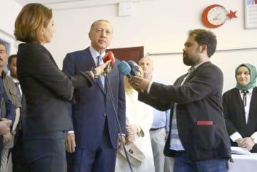 投票後に報道陣の取材に応じるトルコのエルドアン大統領=24日、イスタンブール(共同)