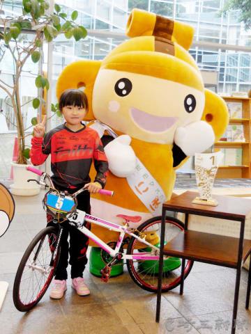 BMX世界選手権大会で優勝した沢田茉奈さん=本庄市役所