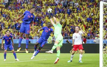 ポーランド―コロンビア 前半、先制ゴールを決めるコロンビアのミナ(上)=カザン(ゲッティ=共同)