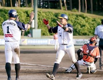 ルートインBCリーグ・福井-新潟 9回に3点本塁打を放って8-8とし、松本友(左)とハイタッチする片山雄哉=6月24日、新潟県の美山球場