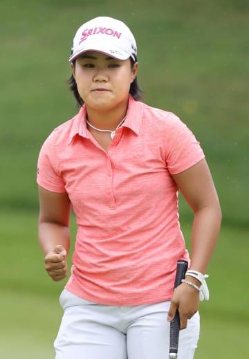米女子ゴルフのアーカンソー選手権で初優勝した畑岡奈紗。最終ラウンドの9番でバーディーパットを決めガッツポーズ=24日、米アーカンソー州のピナクルCC(共同)