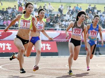 女子200メートル決勝 23秒92で3位に食い込んだ山田美来(右端、日体大)。左は優勝した福島千里=維新みらいふスタジアム