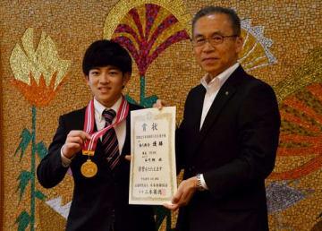 松戸市長(右)に優勝報告をする谷川翔選手=船橋市役所