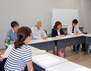 【今井教授(右から3番目)の講義を受ける平井主幹(右から2番目)と神戸教諭(右)=鈴鹿市岸岡町の鈴鹿医療科学大学で】