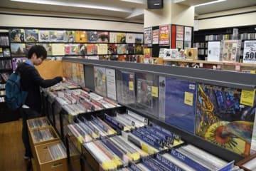 レコ―ドを探す男性=千葉市中央区の「ディスクユニオン千葉店」