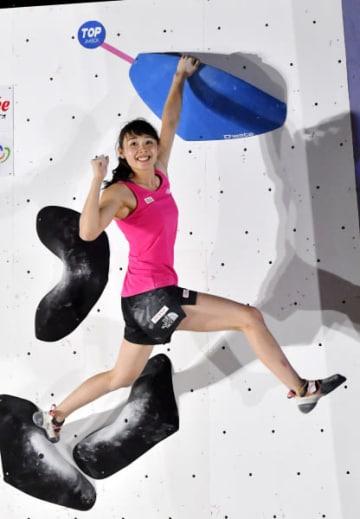女子予選 ボルダリングで第2課題を完登しガッツポーズする伊藤ふたば(TEAM au)=23日、盛岡市青山・県勤労身体障がい者体育館