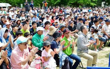 多くの観客でにぎわった第1回コンバインドジャパンカップ。選手に大きな声援と拍手が送られた=24日、盛岡市・県営運動公園登はん競技場