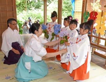 アジサイを手に献花祭に臨む4人の稚児たち=24日午前9時50分、益子町益子