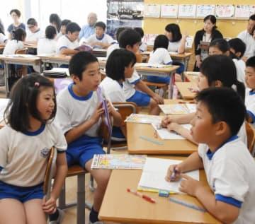 研究授業で大きな津波が起きる原因を学ぶ鵜住居小の5年生。小中9年間を見通した防災教育の再編が進む=釜石市鵜住居町