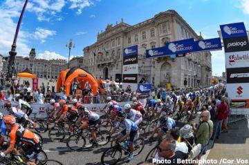 集団の中で順調にレースを進める新城 Photo:Bettiniphoto /Cor Vos