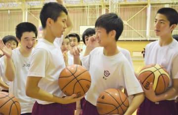 U-21デフバスケットボール世界選手権の日本代表に選ばれた高山和也さん(右から2人目)。チームメートの激励を受け、活躍を誓う