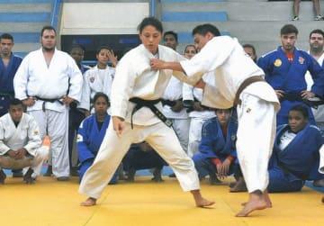 ブラジルで柔道を指導する藤井裕子さん(ブラジル柔道連盟提供)