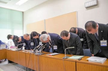 医療事故を謝罪する横浜市大付属2病院の関係者ら=横浜市役所