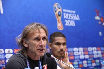 1次リーグC組でオーストラリアとの最終戦に向け、記者会見するペルーのガレカ監督(左)=25日、ソチ(ロイター=共同)
