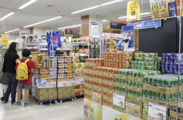 サッカーW杯を意識しスポーツ観戦用をPRするイオンのビール売り場=25日午後、千葉県浦安市