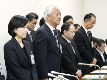 記者会見で謝罪する横浜市立大病院の相原道子病院長(左端)ら関係者=25日午後、横浜市役所