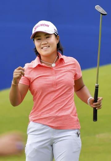 米女子ゴルフのアーカンソー選手権最終ホールでウイニングパットを決め、ガッツポーズの畑岡奈紗。日本勢最年少で米ツアー初優勝を果たした=24日、米アーカンソー州のピナクルCC(ゲッティ=共同)
