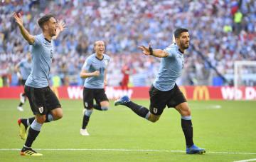 ウルグアイ―ロシア 前半、先制ゴールを決め、駆けだすウルグアイのスアレス(右)=サマラ(ロイター=共同)