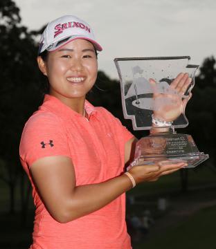 米女子ゴルフのアーカンソー選手権でツアー初優勝し、トロフィーを手に笑顔の畑岡奈紗=24日、米アーカンソー州のピナクルCC(共同)