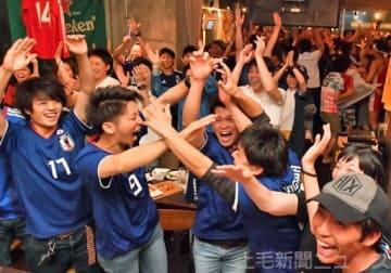 本田選手の同点ゴールに喜びを爆発させるサポーター=25日午前1時35分ごろ、高崎市旭町